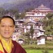 Rinpocze na tle gompy Gangtey