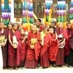Mnisi trzymający znaki pomyślności