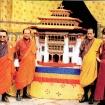 Z prawej  Król i J. Św. Gangteng Tulku Rinpocze, z lewej przedstawiciele rządu