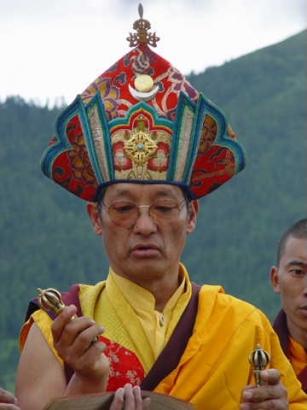 Gangteng Tulku Rinpocze w czasie ceremonii Serto