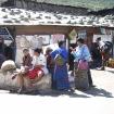 Przed  domem handlowym  w Wangdue
